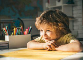 bambino sorridente impara