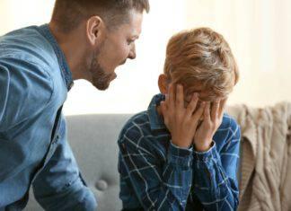 genitore arrabbiato con figli