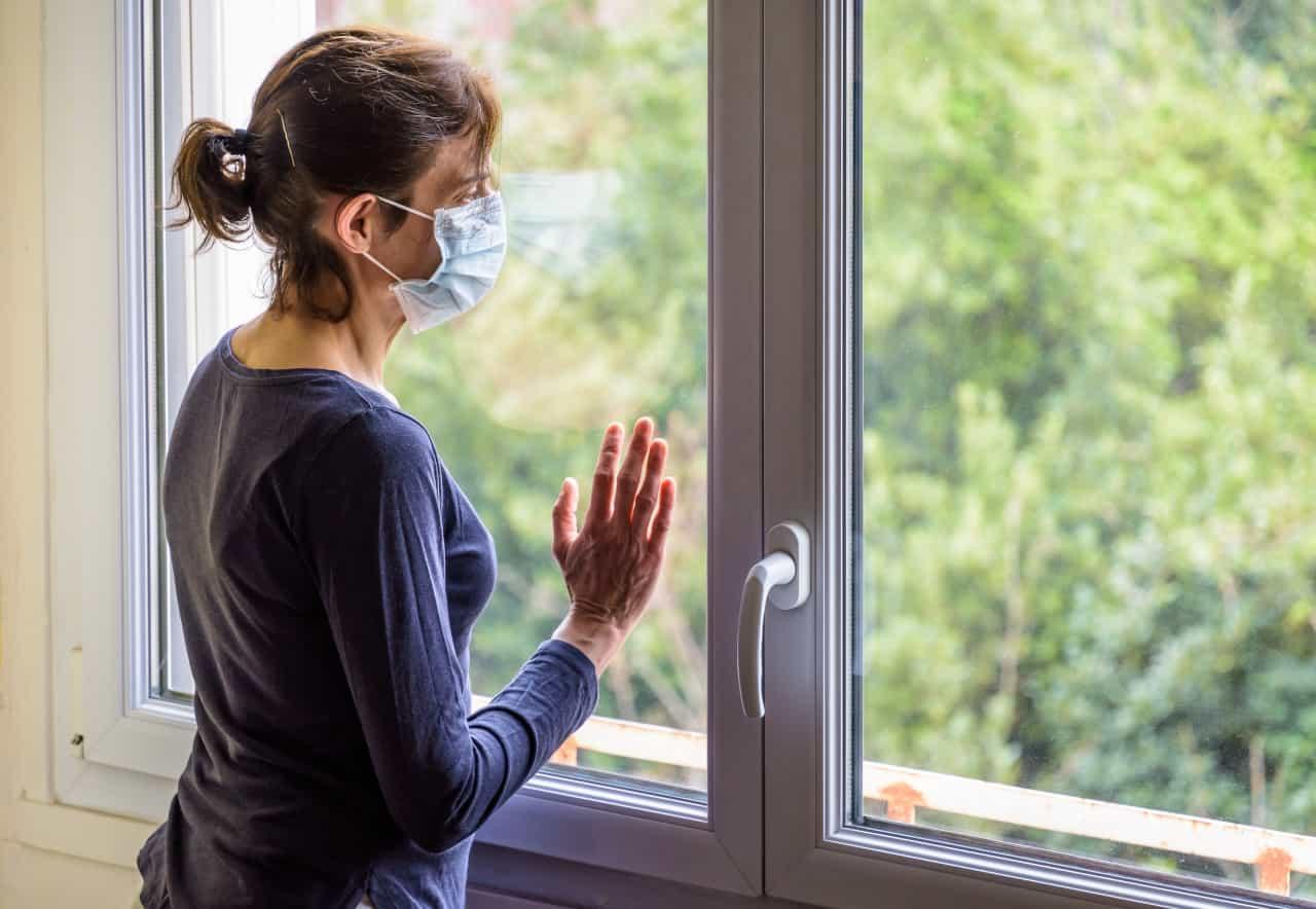 donna in casa durante la pandemia
