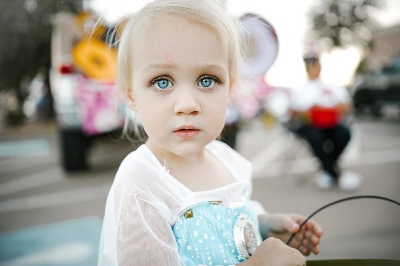 bambina con occhiaie