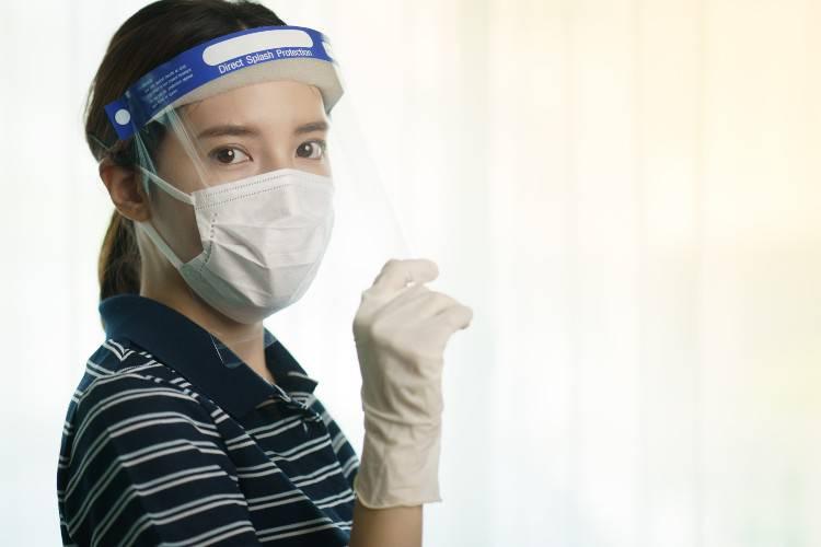 donna con mascherina protettiva