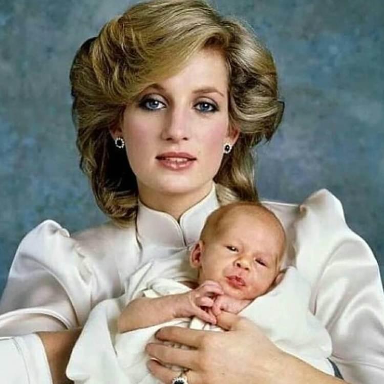 La principessa Diana con Harry da piccolo