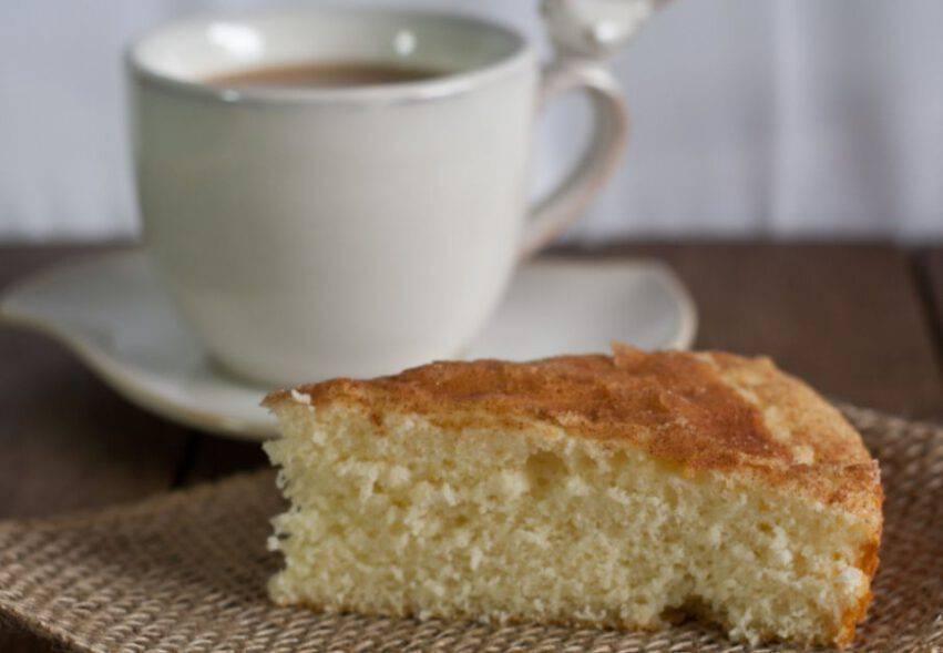 Merenda con pan di spagna e tazza di tè