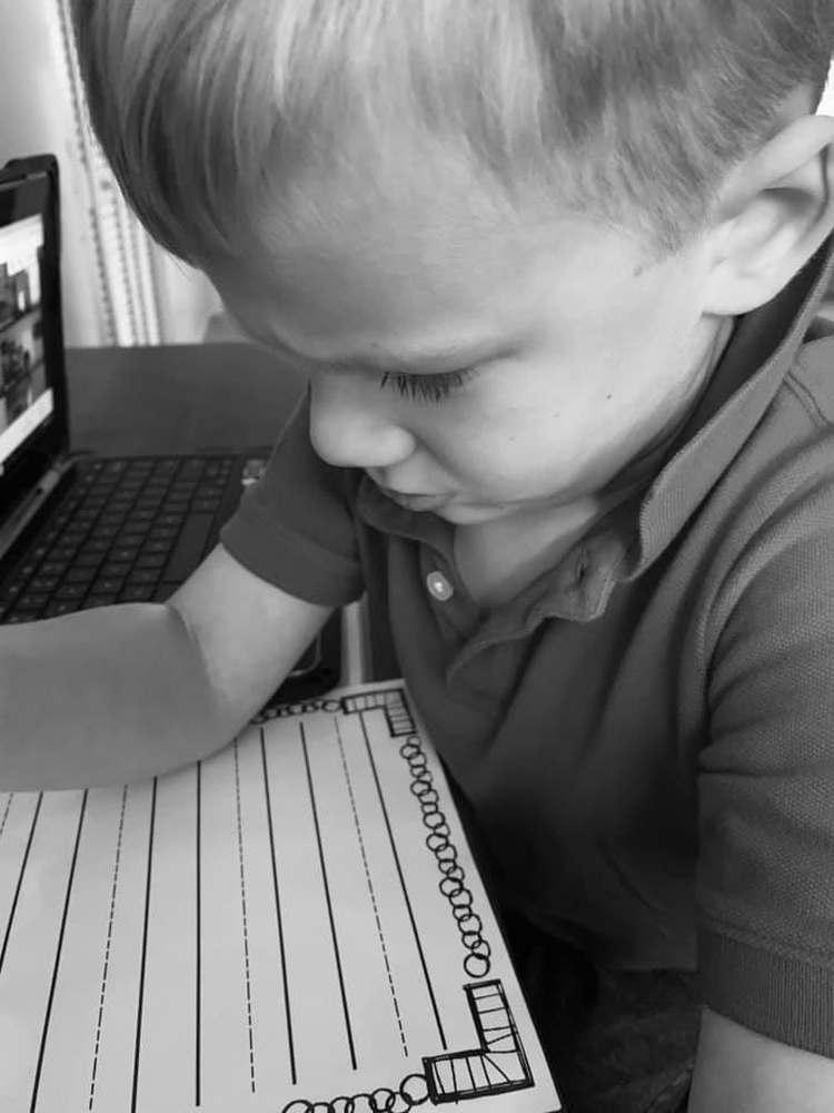 Il figlio che alle prese con i compiti