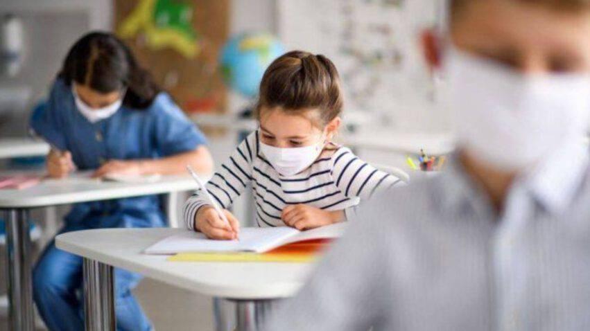 bambini a scuola con la mascherina