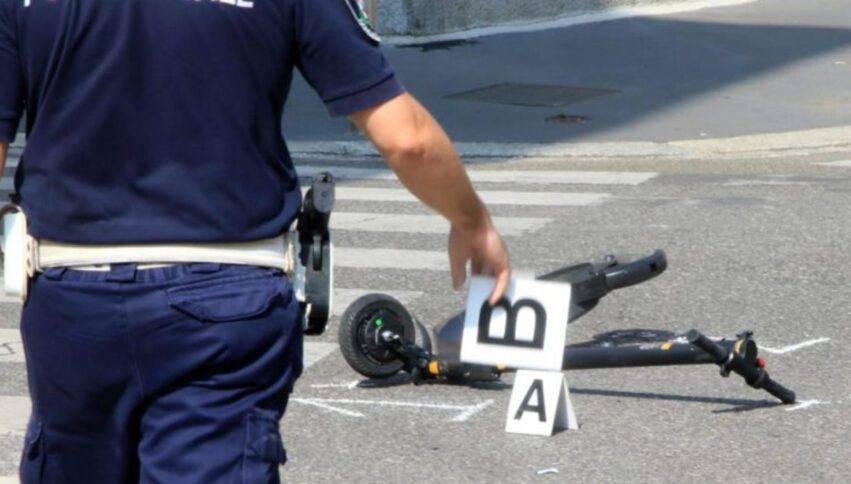 Una donna alla guida di un monopattino elettrico muore nello scontro con un tir
