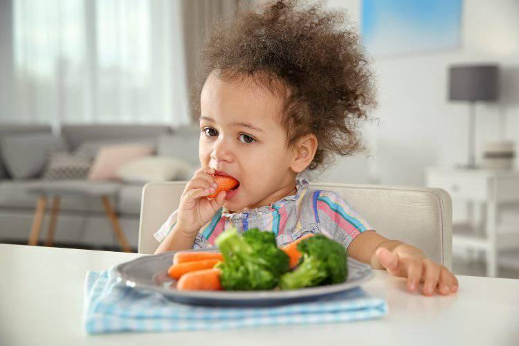 bimba mangia verdura