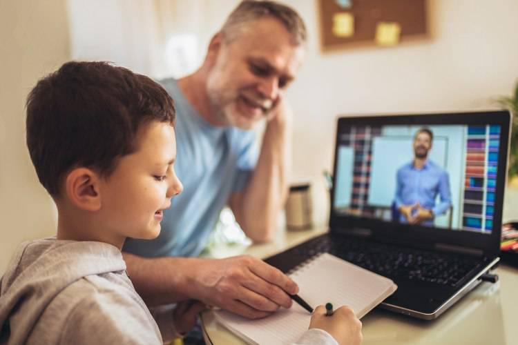 padre e figlio didattica a distanza