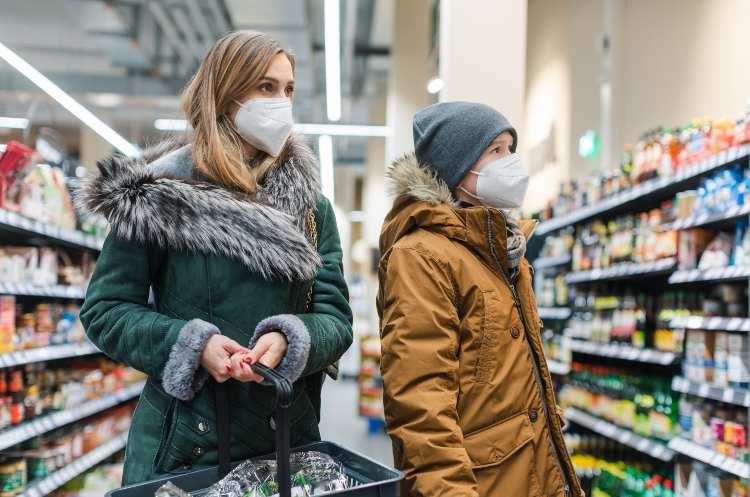persone con mascherine Ffp2 al supermercato
